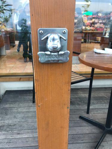 りくろーおじさん住之江公園店のテラス席にあるリードフック