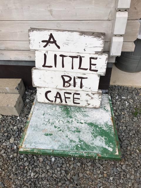 アリトルビットカフェの看板