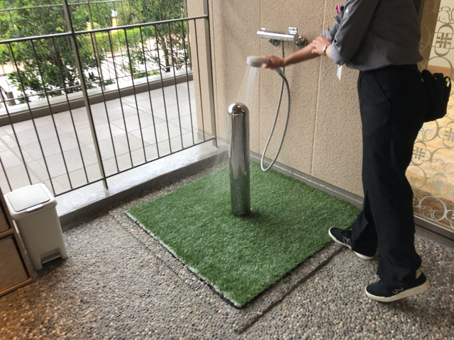 ドッグアップヴィラのワンちゃん専用ホテルのワンちゃん用足湯にあるオシッコポール