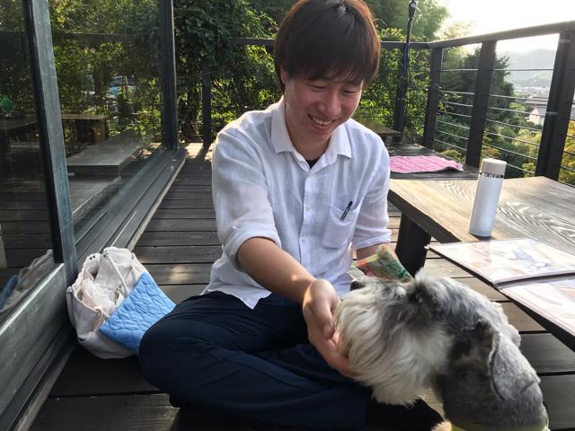 達人村(たっとむら)のテラス席でスタッフさんと遊んでもらっている愛犬
