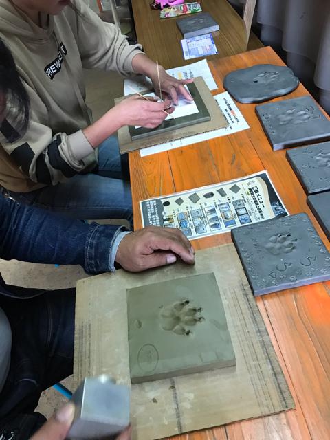 淡路島かわらやで愛犬の手形を作成しているところ