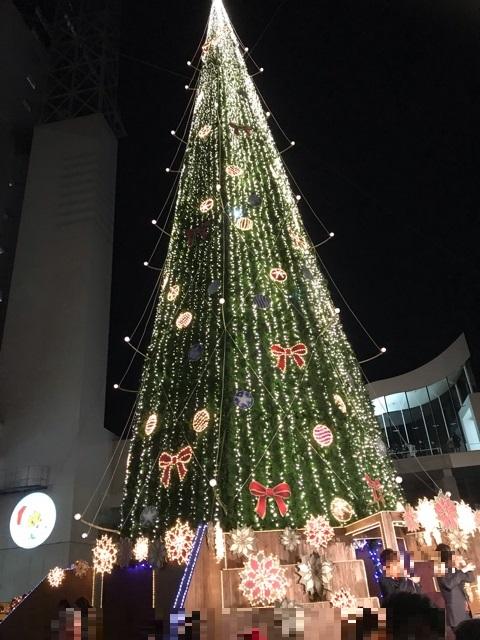 ドイツクリスマスマーケットのクリスマスツリー