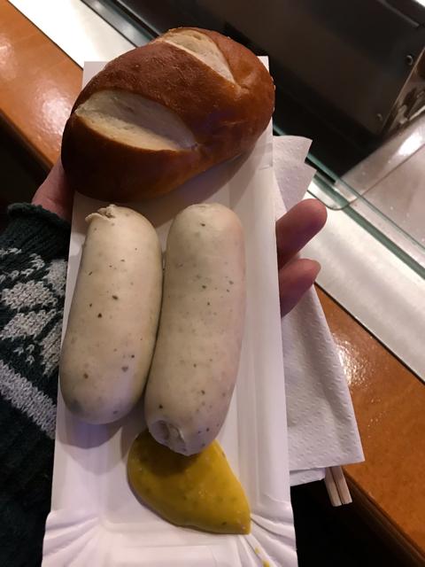 ドイツクリスマスマーケットのソーセージとパン
