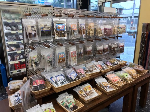 帝塚山ハウンドカムの店内おやつコーナー