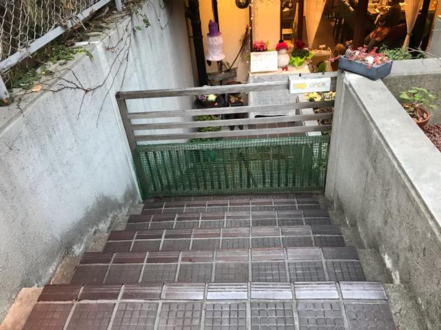 カフェ彦の入口階段