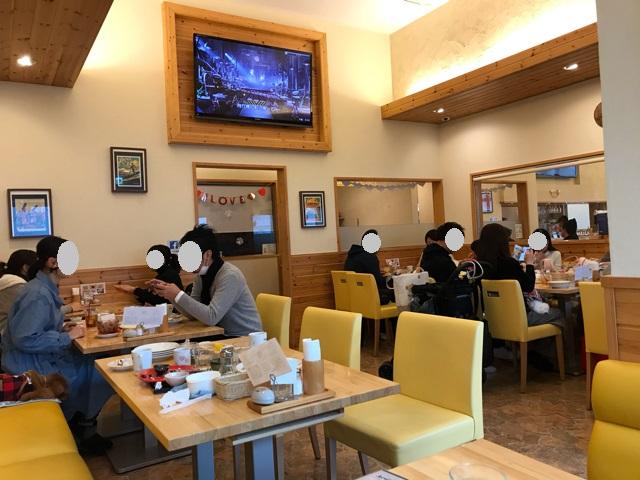 カフェ&ダイニングアカラの店内