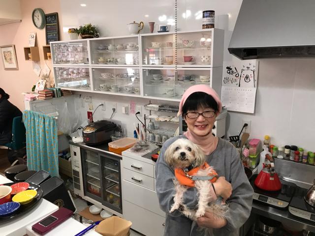 カフェすまいるのオーナーさんと看板犬のサンタちゃん