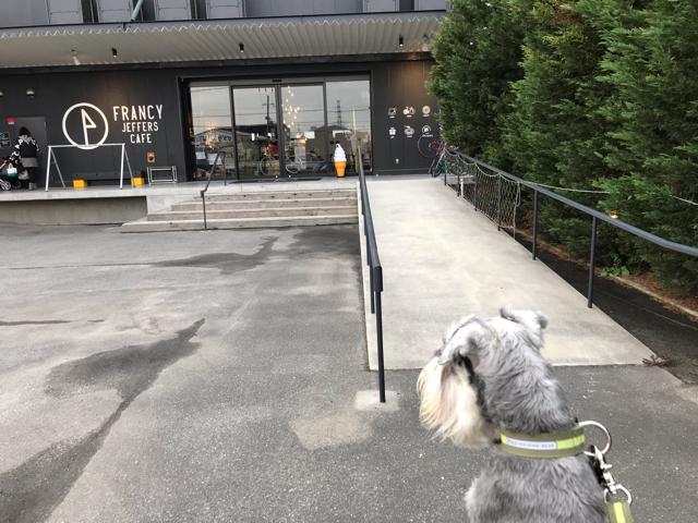 フランシージェファーズカフェ大阪入口前スロープ
