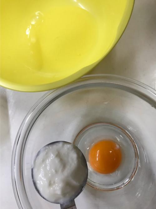 玉子とヨーグルトを混ぜる